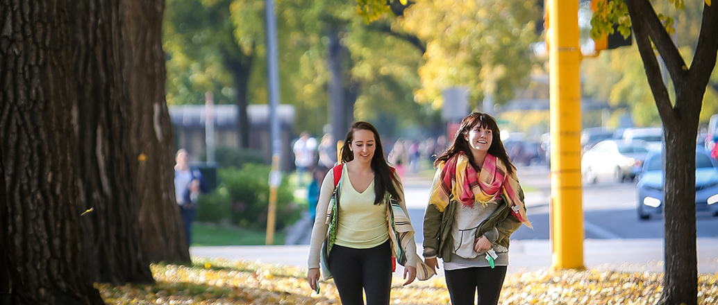 students walking on und campus